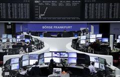 Operadores trabajando en la Bolsa de Fráncfort, Alemania, 25 de noviembre de 2015. Las bolsas europeas subían tímidamente el miércoles, impulsadas por las acciones de la minorista alemana Metro y la constructora LafargeHolcim, que anunciaron nuevos dividendos. REUTERS/Staff/Remote