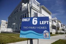 Un anuncio de venta de viviendas en Rockaway, EEUU, sep 16, 2015. Las ventas de casas unifamiliares nuevas en Estados Unidos aumentaron en octubre y el inventario de propiedades a la venta se ubicó en el mayor nivel desde comienzo del 2010, lo que ayudaría a disipar las preocupaciones sobre un enfriamiento en el sector inmobiliario. REUTERS/Shannon Stapleton
