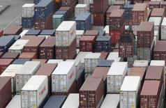 Unos contenedores en el puerto de Keelung en Taiwán, oct 30, 2015. China anunció el miércoles una serie de medidas para alentar el  comercio exterior y ayudar a los exportadores, en momentos en que la segunda mayor economía del mundo enfrenta una persistente debilidad en la demanda tanto a nivel local como desde el extranjero.  REUTERS/Pichi Chuang