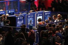 Répétition titre.  Salon du jeu vidéo à Paris. Sony a écoulé, à la date de 22 novembre, plus de 30,2 millions d'exemplaires de PlayStation 4, sa console de jeux vidéo . La baisse mondiale des prix consentie avant la période des fêtes de fin d'année a dopé les ventes. /Photo prise le 28 octobre 2015/REUTERS/Benoît Tessier