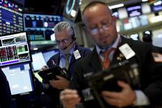 Operadores trabajando en la bolsa de Wall Street en Nueva York, nov 24, 2015. Las acciones estadounidenses operaban con leves avances el miércoles, lideradas por los papeles de los sectores de salud y de consumo luego de que una serie de indicadores económicos que sugirieron que la economía local está creciendo moderadamente.   REUTERS/Brendan McDermid
