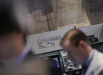 Une action collective accuse dix grandes banques présentes à Wall Street, Goldman Sachs, Bank of America Merrill Lynch, JPMorgan Chase, Citigroup, Credit Suisse, Barclays, BNP Paribas, UBS, Deutsche Bank et Royal Bank of Scotland, de s'être entendues pour limiter la concurrence sur le marché, pesant 320.000 milliards de dollars, des swaps de taux d'intérêt. /Photo d'archives/REUTERS/Brendan McDermid