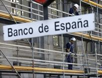 Trabajadores en un andamio en una fachada del Banco de España en Madrid, el 13 de noviembre de 2015. La economía española ralentizó levemente su crecimiento a un 0,8 por ciento entre julio y septiembre respecto al trimestre anterior, a pocas semanas de unas elecciones generales en las que la desigual recuperación de una profunda crisis está influyendo en los votantes. REUTERS/Andrea Comas
