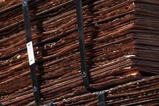 Un cargamento de cátodos de cobre en la mina estatal de Chuquicamata de Codelco operando cerca de Calama, en el norte de Chile, abr 1 2011. Los precios del cobre repuntaban a sus niveles más altos en casi dos semanas debido a que la tendencia alcista del dólar se frenaba y los fondos empezaron a revertir parte de sus apuestas por precios más bajos. REUTERS/Ivan Alvarado
