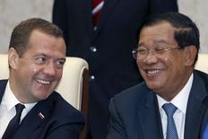 Премьер-министр России Дмитрий Медведев на встрече с премьером Камбоджи в Пномпене. 24 ноября 2015 года. Россия поможет построить первую АЭС в Камбодже, которая заключила с ней меморандум на этой неделе, сообщил глава госкорпорации Росатом Сергей Кириенко. REUTERS/Samrang Pring