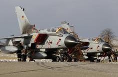 """Самолеты Tornado на аэродроме в Ягеле. 30 ноября 2010 года. Германия направит в Сирию разведывательные самолёты Tornado для поддержки Франции в борьбе с боевиками """"Исламского государства"""", заявил в четверг один из высокопоставленных представителей правящей коалиции Бундестага. REUTERS/Christian Charisius"""