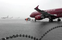 Самолеты в Шанхайском международном аэропорту Хунцяо. 24 августа 2015 года. Замедление роста в Китае, самом быстрорастущем рынке авиаперевозок, ослабит глобальный спрос на воздушные перевозки, сообщила Международная ассоциация воздушного транспорта (IATA), сократив свой долгосрочный прогноз глобального пассажиропотока. REUTERS/China Daily