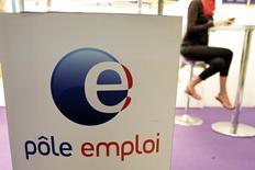 Le chômage est reparti en forte hausse en octobre France après son recul de septembre. Le nombre de demandeurs d'emploi de catégorie A (sans aucune activité) a augmenté de 1,2% le mois dernier, soit 42.000 personnes, à 3.589.800 en métropole. /Photo d'archives/REUTERS/Charles Platiau