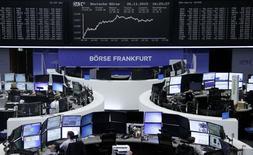 Operadores trabajando en la Bolsa de Fráncfort, Alemania, 26 de noviembre de 2015. Las acciones europeas tocaron el jueves máximos de tres meses al subir en un mercado de bajos volúmenes negociados, ante mayores expectativas de que el Banco Central Europeo tomará agresivas medidas de estímulos la próxima semana. REUTERS/Staff/Remote