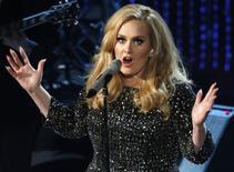 Imagen de archivo de la cantante Adele en una presentación en la entrega de los premios Oscar en Hollywood, feb 24, 2015. Adele, cuyo más reciente álbum '25' ha roto récords de ventas en su primera semana de lanzamiento, anunció el jueves que iniciará en febrero una gira de 15 semanas que la llevará a Reino Unido, Irlanda y Europa continental. REUTERS/Mario Anzuoni/Files