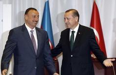 Тайип Эрдоган (справа) и Ильхам Алиев в Стамбуле 7 июня 2010 года. Азербайджан готов поспособствовать снижению напряженности в отношениях своих соседей - России и Турции, сказал в пятницу азербайджанский президент Ильхам Алиев.  REUTERS/Murad Sezer