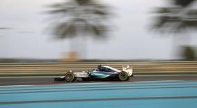 Piloto Nico Rosberg, da Mercedes, em treinos livres para o Grande Prêmio de Fórmula 1 de Abu Dhabi, no circuito Yas Marina, nesta sexta-feira. 27/11/2015 REUTERS/Thaier Al-Sudani