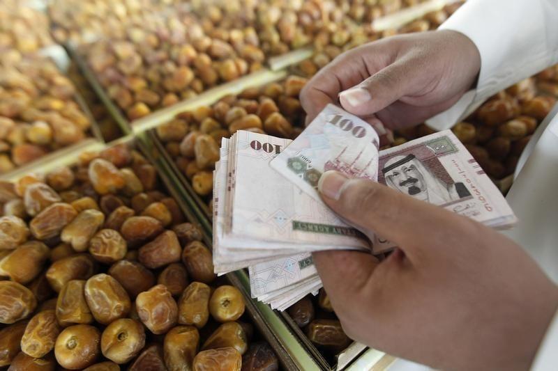 ضعف التواصل مع الأسواق يغذي تكهنات خفض قيمة الريال السعودي