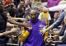 Astro dos Los Angeles Lakers Kobe Bryant passando por fãs durante partida contra o Utah Jazz, em Salt Lake City, EUA.   07/11/2012    REUTERS/Jim Urquhart
