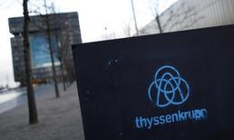 ThyssenKrupp promet des milliers d'emplois en Australie s'il remporte un contrat estimé à 36 milliards de dollars (34 milliards d'euros) pour la construction d'une nouvelle flotte de sous-marins face au français DCNS et à un consortium japonais. /Photo prise le 19 novembre 2015/REUTERS/Ina Fassbender