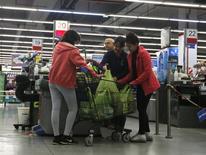 Unas personas realizando compras en un centro comercial en Buenos Aires, ago 1, 2014. La recaudación fiscal de Argentina subiría en promedio un 30,9 por ciento interanual en noviembre, liderada por los impuestos a la seguridad social, al salario y al consumo, según un sondeo de Reuters publicado el lunes.  REUTERS/Enrique Marcarian