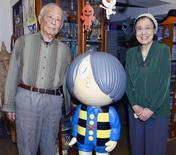 """Artista japonês Mizuki posa ao lado da mulher, Nunoe Mura, com o personagem de """"Ge-ge-ge no Kitaro"""".  Foto de 2014.  REUTERS/Kyodo"""