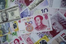 Рекламный постер в пункте обмена валют Гонконга, изображающий китайский юань, доллар США и евро.  Доллар подешевел во вторник после приближения к 13-летнему максимуму к корзине основных валют, поскольку трейдеры начали выкупать евро, долго находившийся под давлением из-за ожиданий агрессивного смягчения политики Европейского центробанка. REUTERS/Tyrone Siu