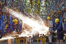 L'activité dans le secteur manufacturier chinois s'est contractée davantage que prévu en novembre (indice à 49,6 contre 49,8 en octobre) pour tomber à un creux de plus de trois ans, montrent mardi des données officielles suggérant que de nouvelles mesures de soutien de l'Etat à l'économie sont nécessaires. /Photo prise le 12 novembre 2015/REUTERS