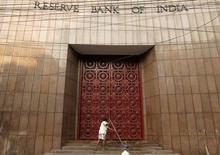 Рабочий моет лестницу на входе в здание Резервного банка Индии в Калькутте. 18 декабря 2013 года. Центральный банк Индии оставил ключевую ставку без изменений во вторник, не исключив возможность дальнейшего смягчения денежно-кредитной политики, но поставив его в зависимость от достижения целевого показателя инфляции в 2017 году. REUTERS/Rupak De Chowdhuri