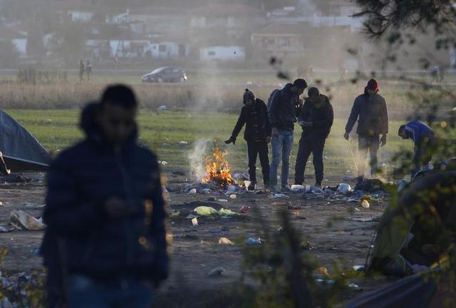 Migrants make a bonfire as they wait to cross the Macedonian-Greek border, near Gevgelija, Macedonia, November 30, 2015. REUTERS/Ognen Teofilovski