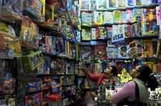 Una comerciante saca un juguete del estante de una tienda en el distrito de Surco en Lima. 19 de agosto de 2015. Perú registró una inflación de un 0,34 por ciento en noviembre, muy por encima que lo esperado por los analistas, dijo el martes el Gobierno, lo que eleva la presión sobre el Banco Central para elevar su tasa clave de interés en diciembre. REUTERS/Mariana Bazo