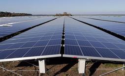 Imagen de un parque solar en Cestas, al suroeste de Francia, el 1 de diciembre de 2015.  La iniciativa global para combatir el cambio climático ha mejorado las perspectivas de inversión para las industrias verdes, pero algunos fondos están aumentando las apuestas bajistas sobre valores de energía solar y empresas de autos eléctricos, a las que consideran vulnerables a la hora de competir con precios baratos del petróleo.  REUTERS/Regis Duvignau