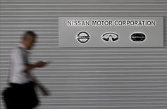 Nissan Motor aurait fait savoir au gouvernement français qu'il dénoncerait les modalités de son accord de participation croisée avec Renault à moins que l'Etat réduise sa participation ou prenne toute autre initiative pour restreindre son influence dans l'alliance des deux constructeurs, selon le quotidien financier Nikkei. /Photo d'archives/REUTERS/Yuya Shino - RTX1M7PD