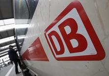 L'opérateur ferroviaire allemand Deutsche Bahn essuiera cette année une perte nette supérieure à un milliard euros en raison d'importants coûts de restructuration et d'ajustements comptables, selon plusieurs journaux allemands. /Photo prise le 20 mai 2015/REUTERS/Michaela Rehle