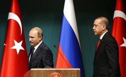 """Президенты России и Турции Владимир Путин и Тайип Эрдоган на пресс-конференции в Анкаре. 1 декабря 2014 года. Президент Тайип Эрдоган сказал в среду, что никто не вправе """"клеветать"""" на Турцию, обвиняя ее в покупке нефти у """"Исламского государства"""", и что он готов к отставке, если такие обвинения будут подтверждены доказательствами. REUTERS/Umit Bektas"""