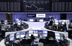 Operadores trabajando en sus puestos de trabajo en la bolsa alemana de comercio en Fráncfort, dic 2, 2015. El índice referencial de acciones europeas cerró cerca de máximos de tres meses el miércoles, impulsado por las expectativas de nuevas medidas de estímulo del Banco Central Europeo. REUTERS/Staff/Remote