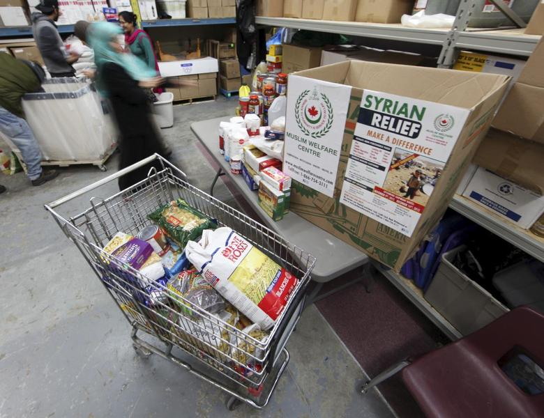 Uzma Anjum sorts and packs non-perishable food donations destined for Syrian refugees in Lebanon's Bekaa Valley, at the Muslim Welfare Centre in Scarborough, Ontario, November 24, 2015.  REUTERS/Fred Thornhill?