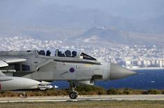 """Британский самолет Tornado на авиабазе в Акротири. 3 декабря 2015 года. Самолеты военно-воздушных сил Великобритании нанесли первые авиаудары по позициям группировки """"Исламское государство"""" в Сирии в четверг, спустя всего несколько часов после того, как соответствующее решение было одобрено британским парламентом, сообщил Рейтер правительственный источник. REUTERS/Darren Staples"""
