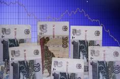Рублевые банкноты на экране компьютера, на который выведен график динамики пары доллар/рубль. Варшава, 5 ноября 2014 года. Рубль дешевеет в четверг, невзирая на попытки восстановления нефти, поскольку её рублевая цена остается низкой после значительного падения накануне, а экспортеры малоактивны после уплаты налогов, при этом психологическое давление может оказывать сезонный фактор конца года и напряженный декабрьский график погашения внешнего долга. REUTERS/Kacper Pempel