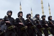 """Чеченские спецназовцы участвуют в параде в Грозном. 9 мая 2015 года. Лидер Чечни пообещал отомстить тем, кто убил его соотечественника, чью казнь продемонстрировала миру джихадистская группировка """"Исламское государство"""", и сказал, что его люди уже находятся в охваченном насилием регионе. REUTERS/Host Photo Agency/RIA Novosti"""