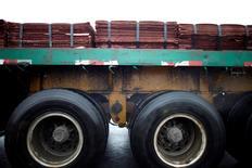 Imagen de archivo de un cargamento de cátodos de cobre arriba de un camión en el puerto de Yangshan, al sur de Shanghái, China, mar 23, 2012. Los precios del cobre bajaban el jueves hasta tocar su menor nivel en una semana, en medio de un alza del dólar por los comentarios de la presidenta de la Reserva Federal sobre un alza de las tasas de interés en Estados Unidos y ante las preocupaciones por la débil demanda en China. REUTERS/Carlos Barria