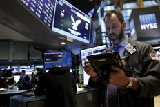 Operadores trabajando en la Bolsa de Nueva York, 3 de diciembre de 2015. Las acciones de Estados Unidos caían el jueves a media sesión después de que el Banco Central Europeo anunció un recorte mínimo de tasas y una extensión de estímulos monetarios que no cumplieron con las expectativas del mercado.  REUTERS/Brendan McDermid