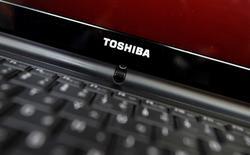 Toshiba et Fujitsu envisagent de fusionner leurs opérations dans les ordinateurs personnels (PC), selon deux sources au fait du dossier, qui précisent que les discussions ont tout juste commencé et que rien ne dit qu'elles aboutiront à un accord. /Photo d'archives/REUTERS/Yuriko Nakao
