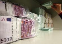 Euros alojados en la bóveda de seguridad de un banco en Viena, abr 10, 2013. El euro se depreciaba el viernes tras su mayor apreciación diaria en casi siete años en la sesión previa después de que la más reciente ronda de alivio del Banco Central Europeo fue menor a la esperada por los mercados, y el foco se centraba ahora en el reporte de nóminas no agrícolas de Estados Unidos.  REUTERS/Heinz-Peter Bader