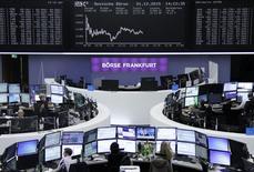 Operadores trabajando en la Bolsa de Fráncfort, Alemania, 1 de diciembre de 2015. Las acciones europeas caían el viernes, extendiendo las pérdidas de la sesión previa cuando las nuevas medidas de estímulo del Banco Central Europeo no cumplieron con las expectativas de algunos inversionistas. REUTERS/Staff/Remote
