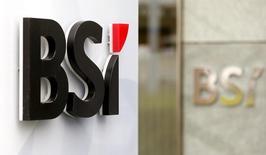 El logo del banco BSI en una de sus sucursales en Zúrich, 31 de marzo de 2015. El atribulado banco brasileño de inversiones Grupo BTG Pactual SA, que está en un proceso de reducción de activos luego del arresto de su fundador, está en negociaciones con tres instituciones financieras internacionales no identificadas por la venta del banco privado suizo BSI Group, dijo una fuente con conocimiento del plan. REUTERS/Arnd Wiegmann