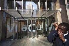A security guard speaks into a microphone in his sleeve as he stands outside the Viacom Inc. headquarters in New York in this April 30, 2013 file photo. REUTERS/Lucas Jackson