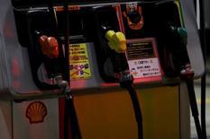 Surtidores de combustible en una gasolinera Showa Shell Sekiyu en Tokio, nov 11, 2015. Los precios del petróleo caían el viernes tras conocerse la noticia de que la OPEP decidió mantener su producción en niveles récord, pese al bajo valor del barril, en una clara señal de que el grupo seguirá privilegiando conseguir cuota de mercado en un ambiente de exceso de oferta  REUTERS/Yuya Shino