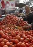 Овощной рынок в Каире. 6 февраля 2011 года. Египет рассчитывает нарастить экспорт в Россию на 15 процентов в грядущем году, видя для себя шанс в российских ограничениях на турецкий импорт, сказал в субботу представитель египетского министерства торговли. REUTERS/Amr Abdallah Dalsh