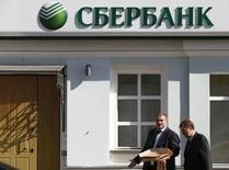 Люди проходят мимо здания Сбербанка в Москве 5 сентября 2014 года. Крупнейший госбанк РФ Сбербанк в январе-ноябре 2015 года сократил чистую прибыль, рассчитанную по российским стандартам, на 31,4 процента до 202,4 миллиарда рублей с 295 миллиардов рублей годом ранее, сообщил банк. REUTERS/Sergei Karpukhin