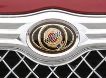 Эмблема на решетке радиатора автомобиля Chrysler 300 в дилерском салоне в Мэриленде. 30 апреля 2009 года. Российский импортер автомобилей Chrysler отзывает 2.213 машин Chrysler 300 из-за возможного дефекта подушки безопасности, сообщил в понедельник Росстандарт. REUTERS/Jason Reed