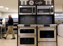 A Sears employee walks past a display of General Electric appliances in Schaumburg, Illinois, in this file photo from September 8, 2014.  REUTERS/Jim Young/Files
