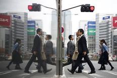 L'économie japonaise n'est pas retombée en récession au troisième trimestre, comme l'annonçait la première estimation de l'évolution du produit intérieur brut, mais a au contraire connu une croissance de 1% en rythme annuel, selon les chiffres révisés. /Photo prise le 8 décembre 2015/REUTERS/Thomas Peter