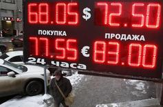 Мужчина у пункта обмена валюты в Москве. 30 января 2015 года. Рубль днем вторника показывает незначительную положительную динамику на фоне попыток восстановления нефти с многолетнего дна, где она оказалась после заседания ОПЕК, спровоцировав движение российской валюты на локальные минимумы. REUTERS/Grigory Dukor
