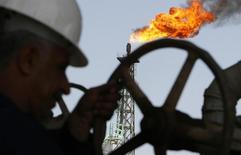 Иракский рабочий на НПЗ в Басре. 29 марта 2007 года. Цены на нефть растут с семилетних минимумов, так как Китай сообщил о повышении импорта нефти в ноябре. REUTERS/Atef Hassan